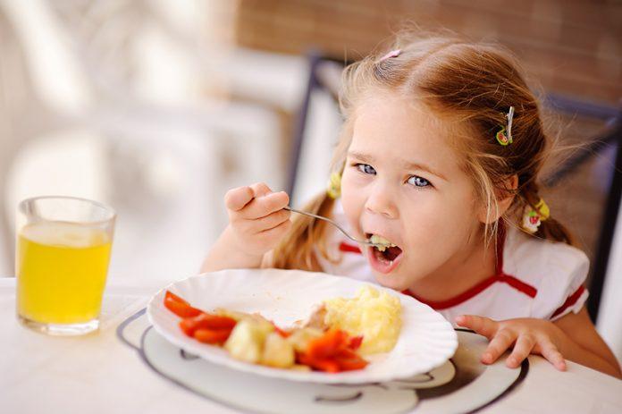 صبحانه خوردن کودک