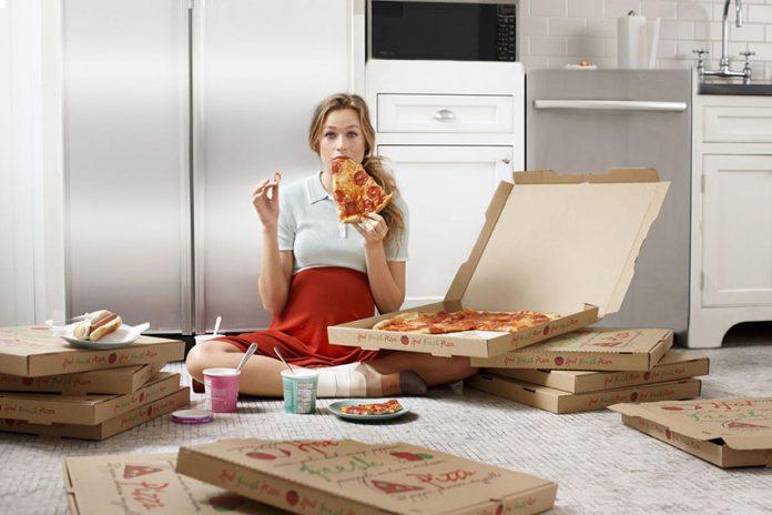 پیتزا خوردن